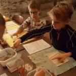 Schülerinnen und Schüler einer Grundschule im Gewölbekeller Oppenheim beim Experimentieren