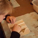 Schüler beim Experimentieren im Gewölbekeller in Oppenheim