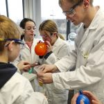 Schülerinnen und Schüler experimentieren mit Trockeneis